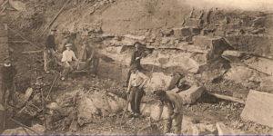 Carte postale ancienne montrant le front de taille de la carrière de M. Lavergnat où l'on exploitait de la « lave volcanique » pour la construction.